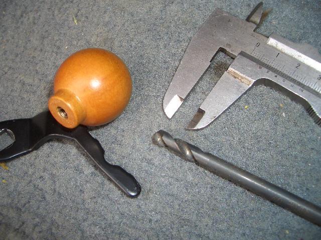 アーム部分を木製ノブのビス穴に挿入するために、ノブに挿入に必要な最小の直径をノギスで測ります。ア